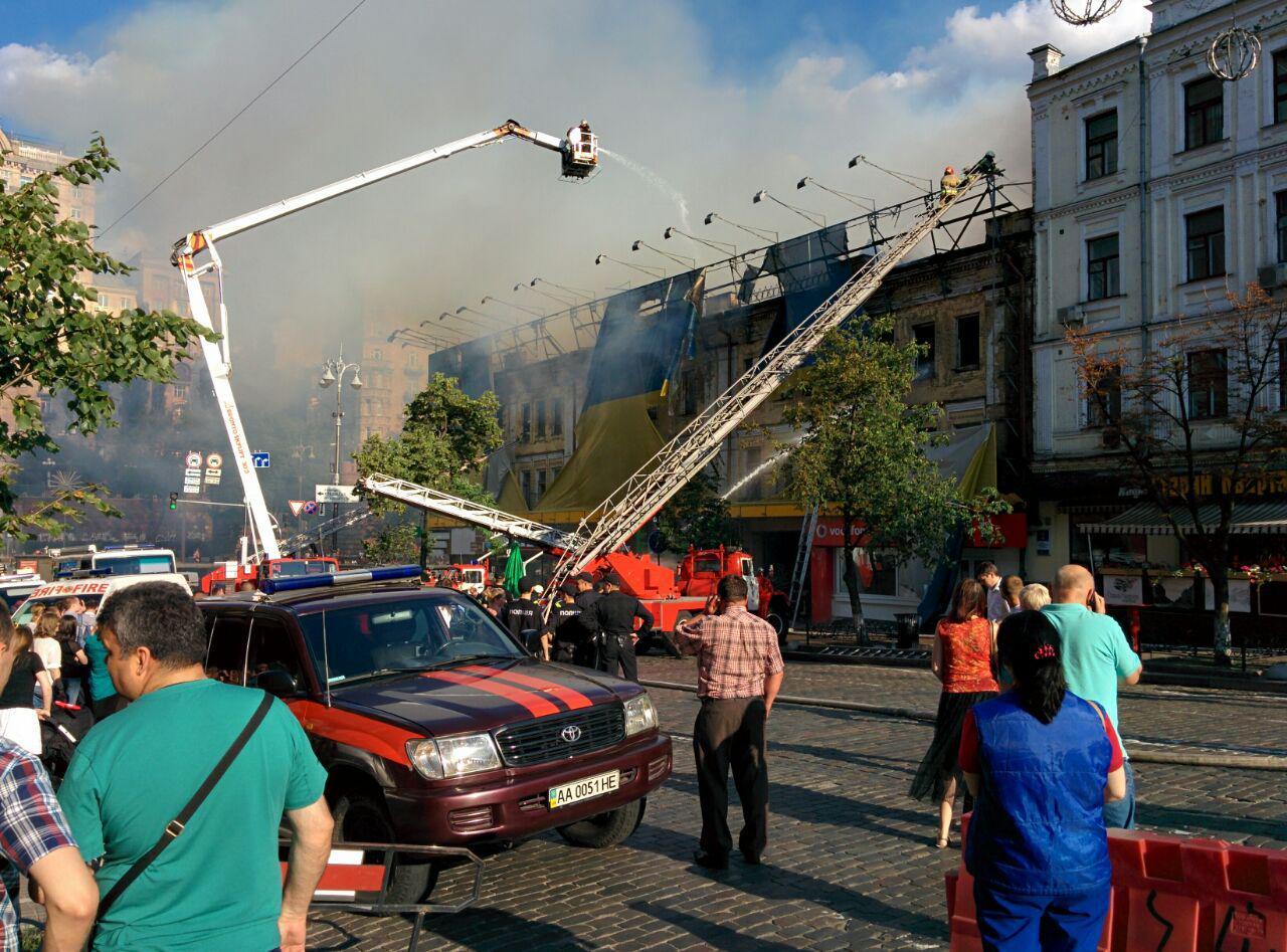 Горит здание около киевской перепички