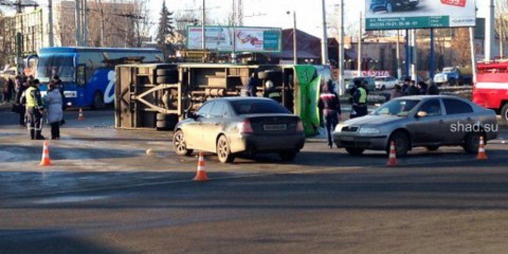 Перевернулась маршрутка на квартале Гаевого в Луганске