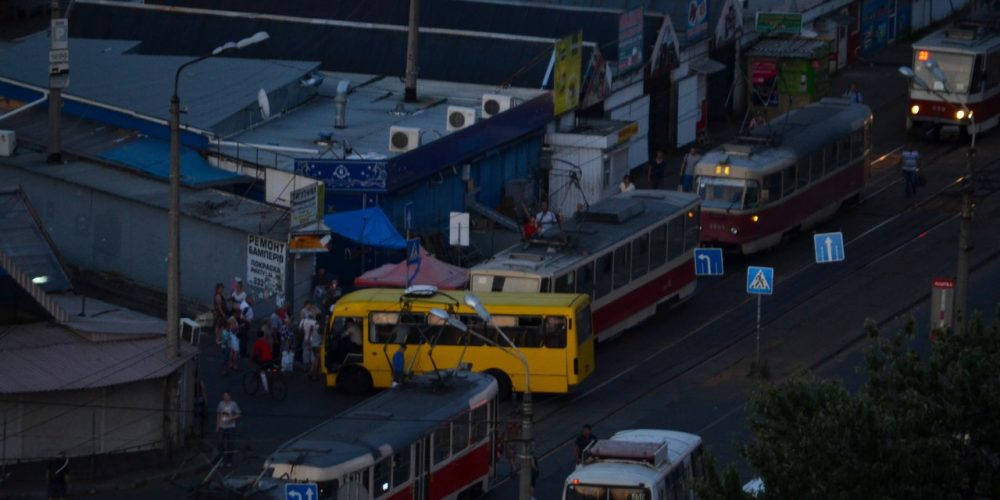 """ДТП на рынке """"Юность"""": трамвай въехал в маршрутку"""